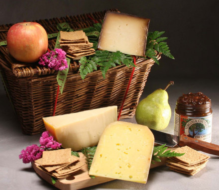 Farmhouse Cheese Basket with 3 Cheeses Deluxe